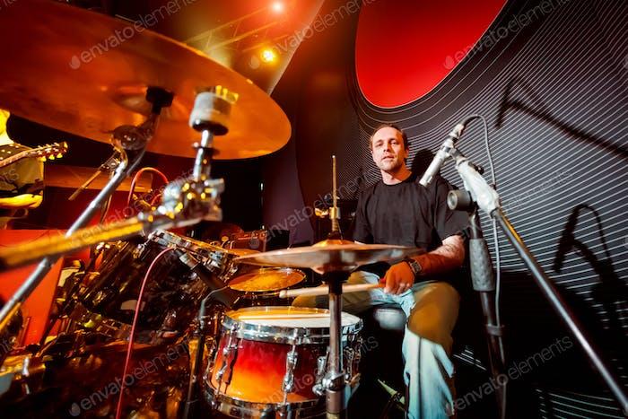 Drummer spielt auf Drummer auf der Bühne.