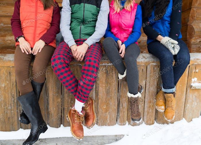 Grupo De Gente Sentado En Terraza House De Campo De Madera