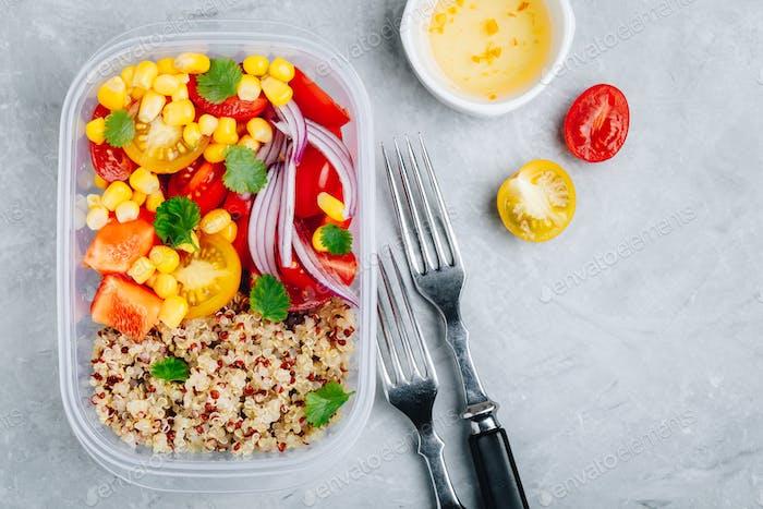 Gesunde vegane Mahlzeit Vorbereitungsbehälter mit Quinoa und frischem Gemüse