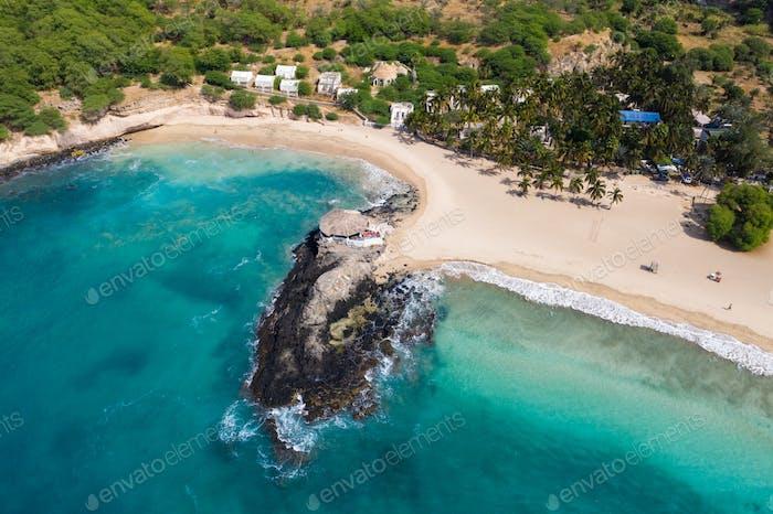Luftaufnahme von Tarrafal Strand auf der Insel Santiago in Kap Verde - Cabo Verde