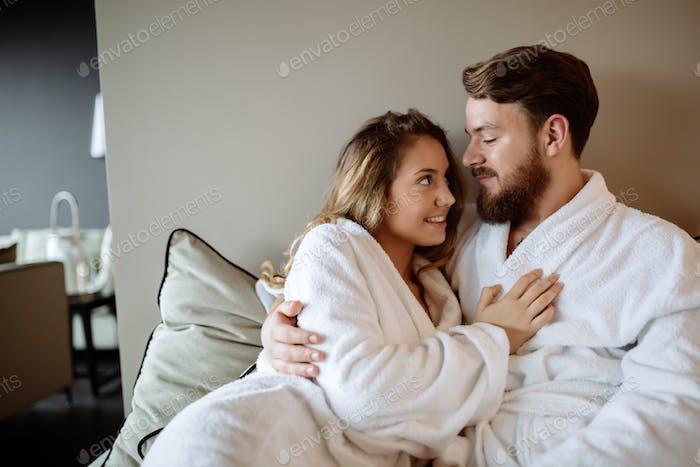 Paar genießen Wellnesswochenende