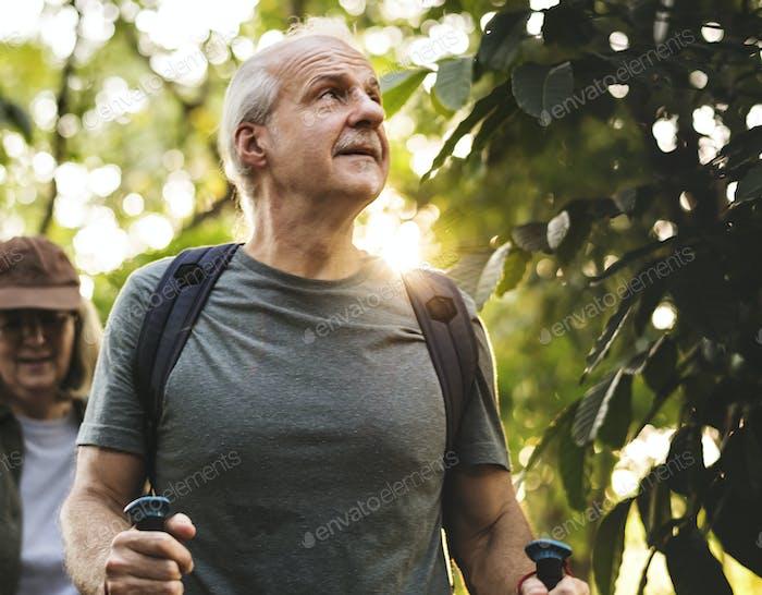 Senioren Trekking in einem Wald
