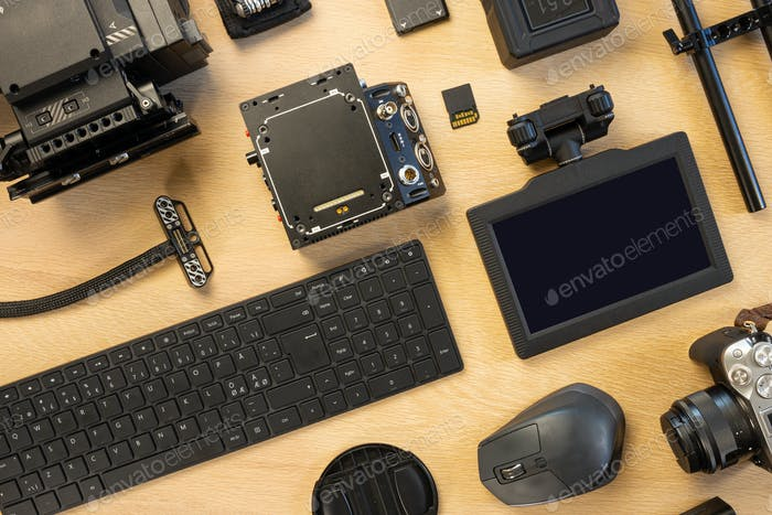 Overhead-Ansicht von Computerteilen und Filmzubehör auf dem Tisch