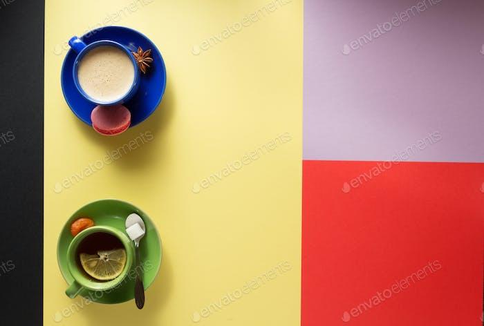 Tasse Kaffee und Tee auf buntem Hintergrund