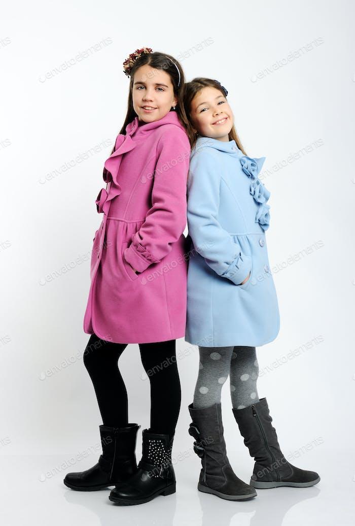 девочки в ярком пальто