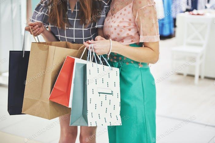 Frauen zu Fuß mit Taschen beim Einkaufen in der Mall