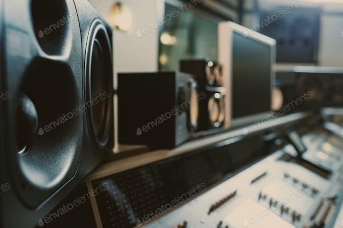 Nahaufnahme dynamischer Monitore im Tonstudio