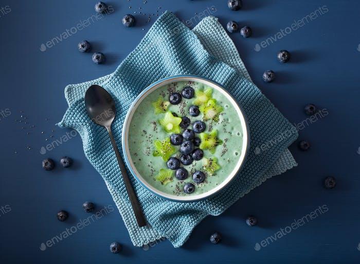 gesunde Spirulina Smoothie Schüssel mit Heidelbeere, Kiwi Sterne, Chia