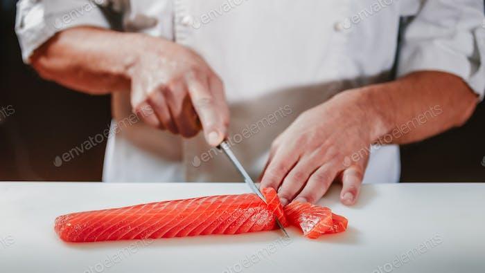 Подготовка сашими набор в кухне ресторана