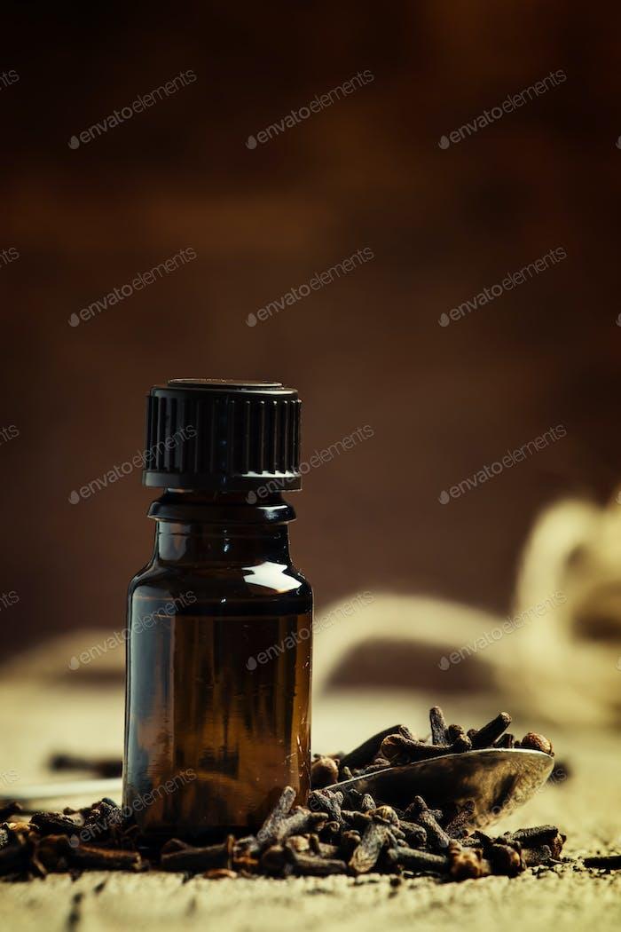 Ätherisches Öl von Nelken in einer braunen Flasche
