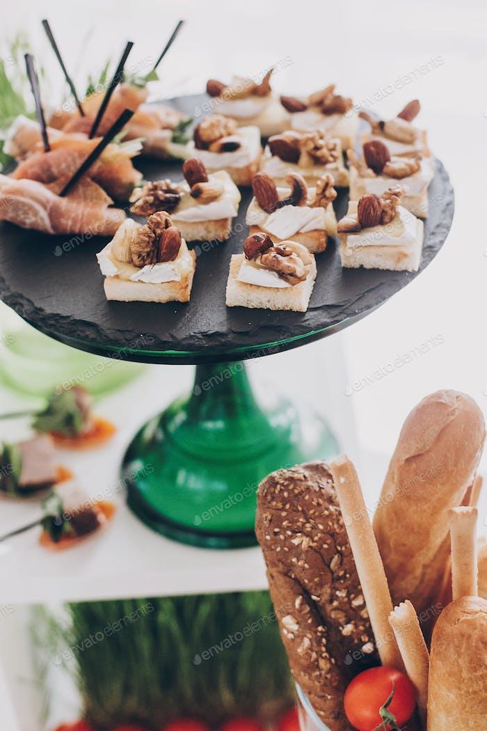 Deliciosa tienda de delicatessen, aperitivos mediterráneos, queso y aceitunas