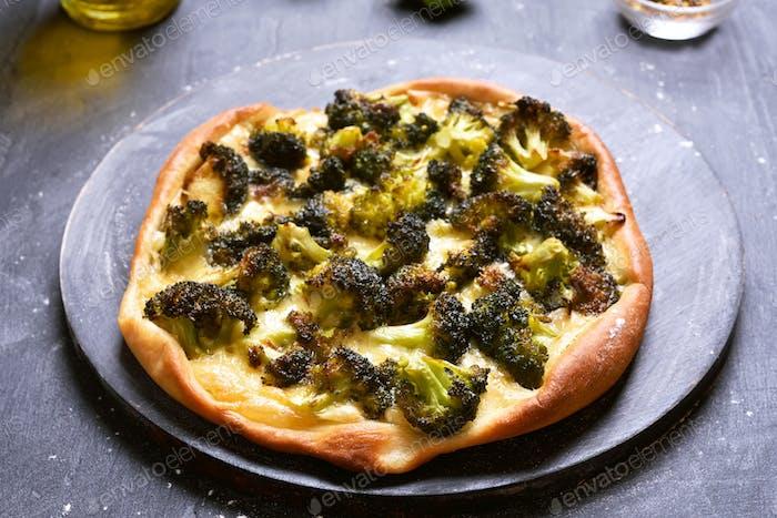 Kuchen mit Brokkoli und Käse