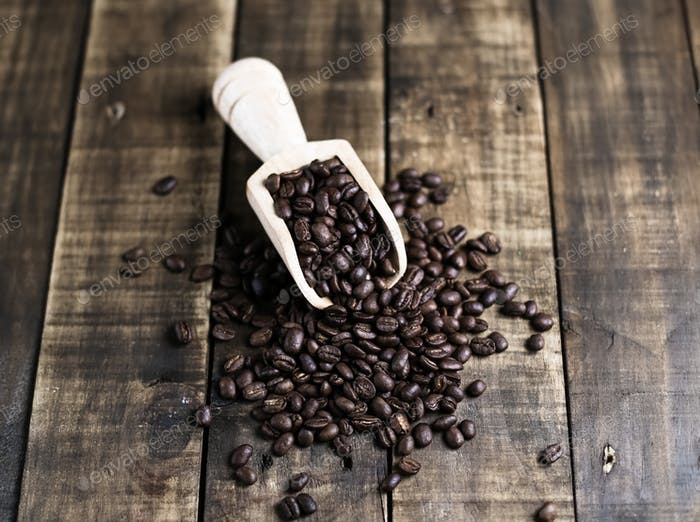 Kaffeebohnen mit Holzschaufel