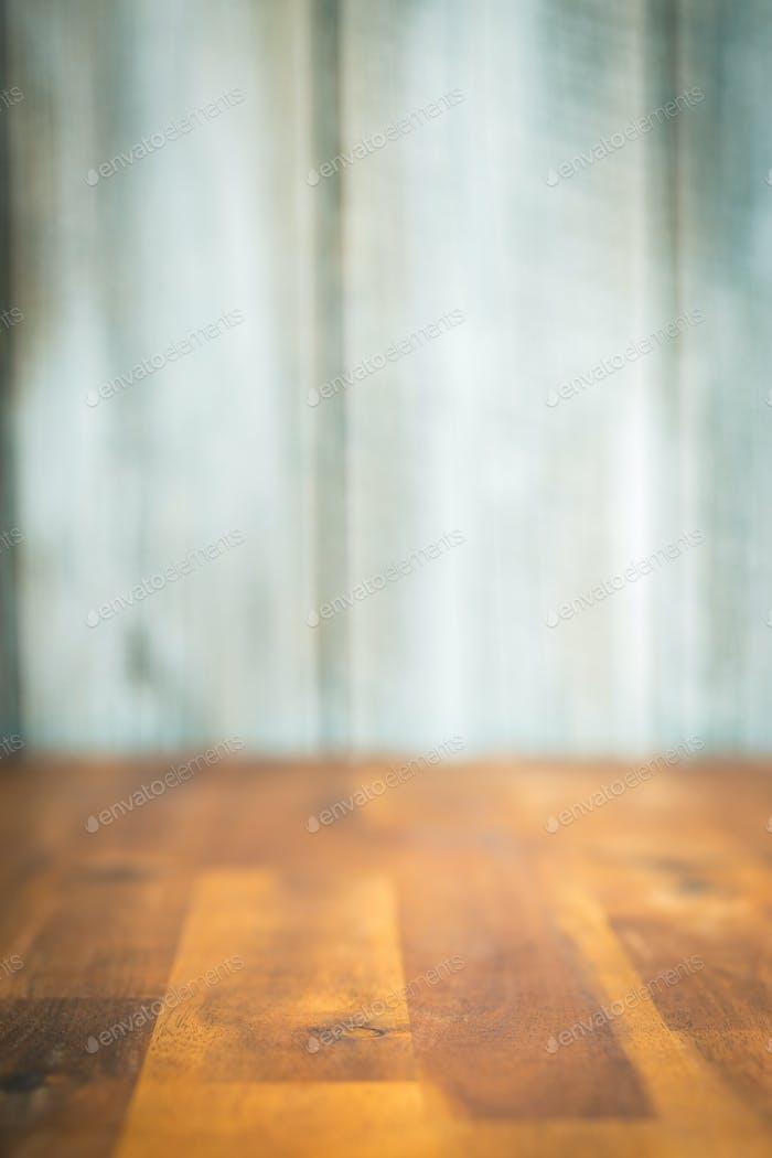 Leerer Holztisch und unscharfer Hintergrund.
