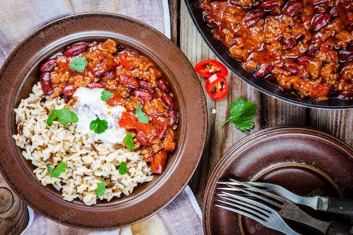 Hausgemachtes Chili mit Bohnen und Wildreis