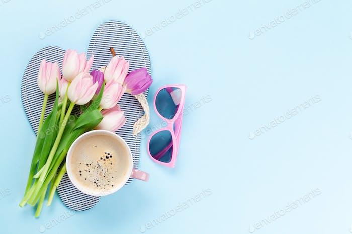Strandflip-Flops mit Blumen, Kaffee und Sonnenbrille