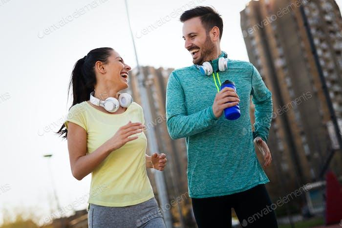 Schöner Mann und attraktive Frau im Gespräch
