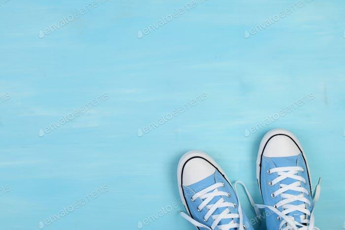 Blaue Leinenschuhe mit leerem Kopierraum