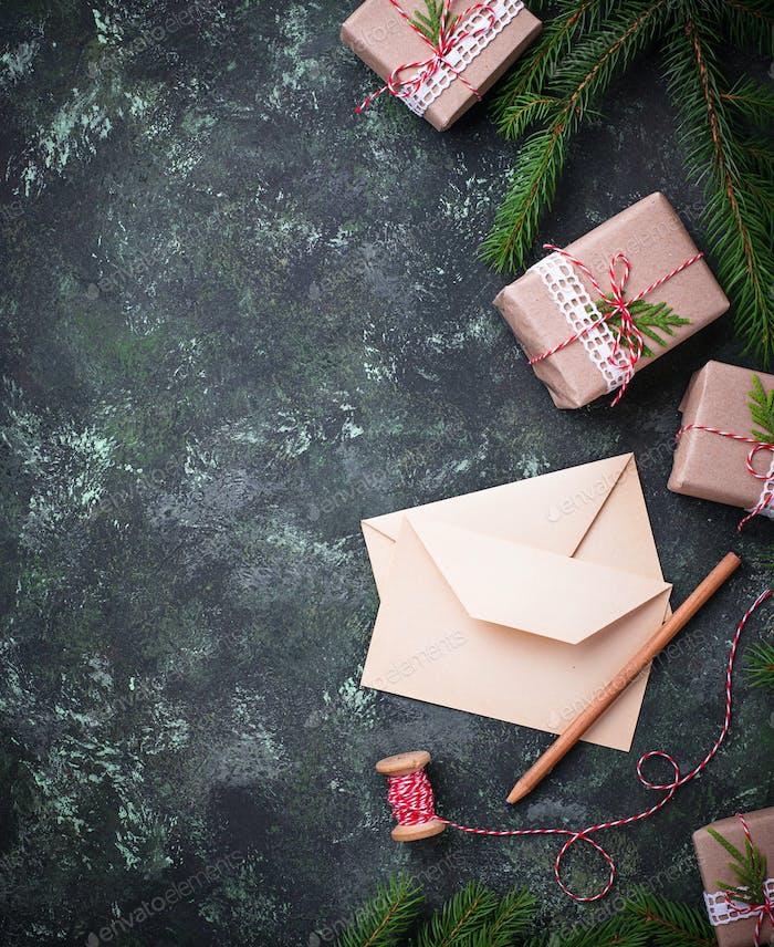 Weihnachtshintergrund Geschenkboxen, Brief und Kerze