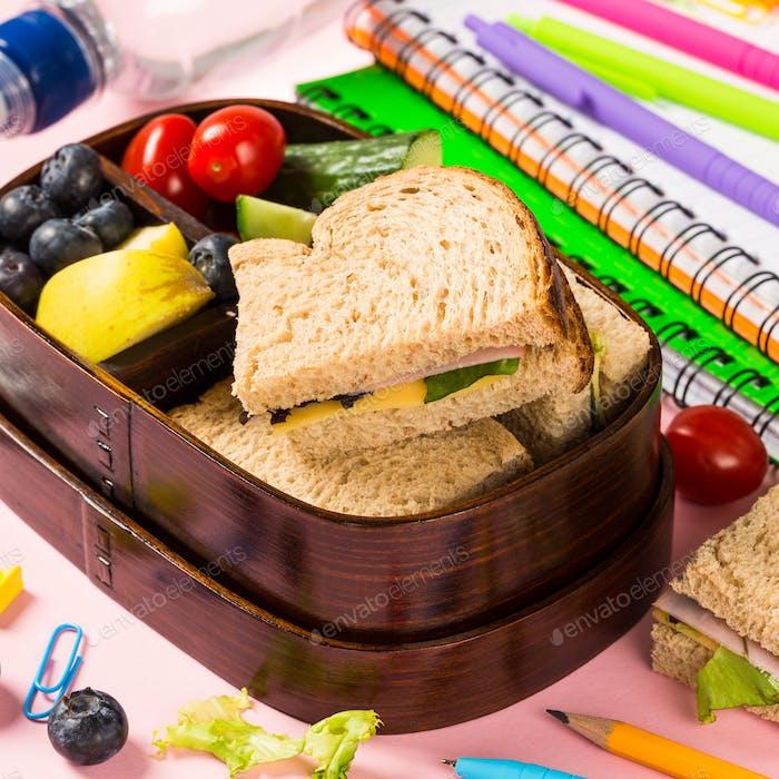 Brotdose aus Holz mit Sandwiches