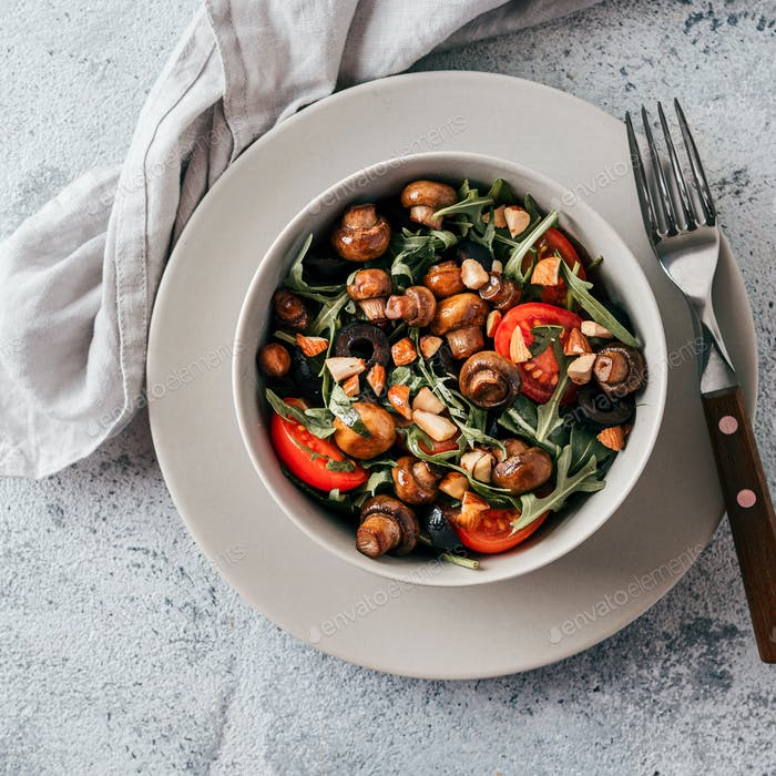 Salad with arugula, mini champignons