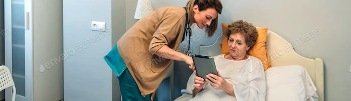 Женщина-врач показывает результаты медицинского теста на таблетке