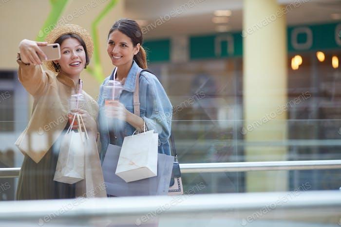 Selfie mit Freund im Einkaufszentrum