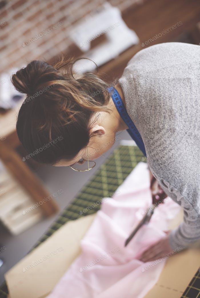Frau schneiden Stoff mit Schere