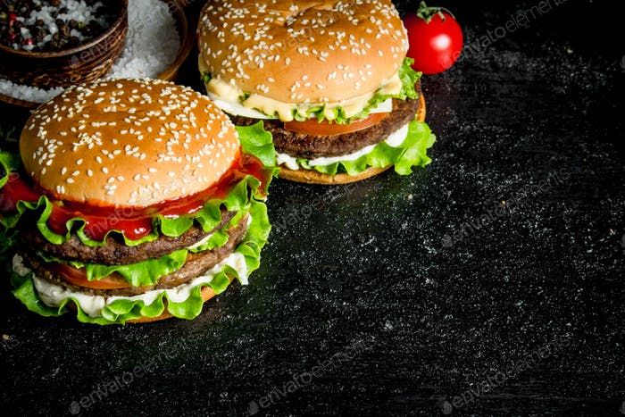 Burgers with beef,tomatoes and cheese.