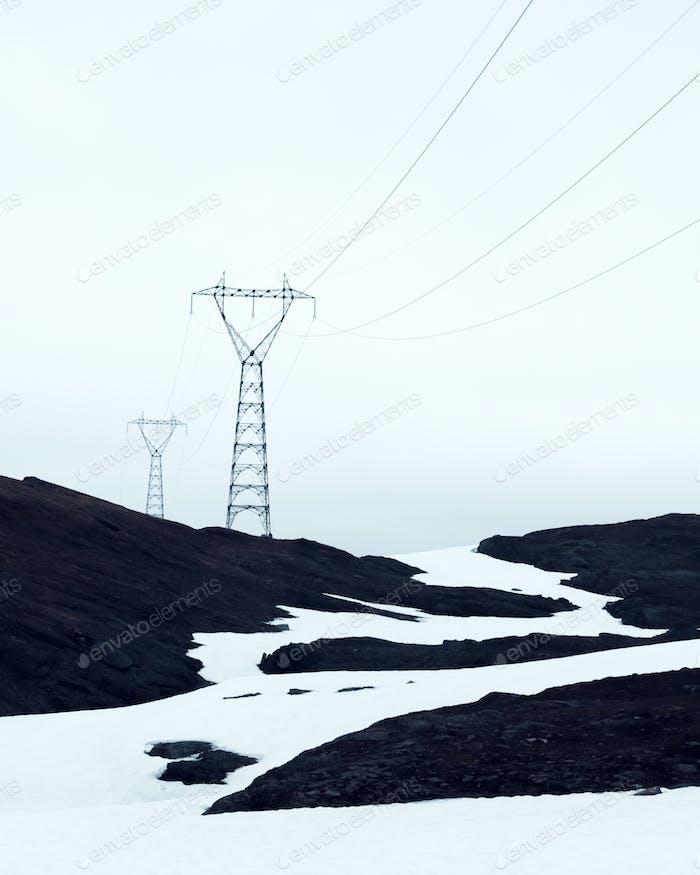 Typische norwegische Landschaft mit verschneiten Bergen
