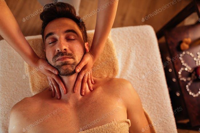 Genießen Sie eine glückliche Nackenmassage