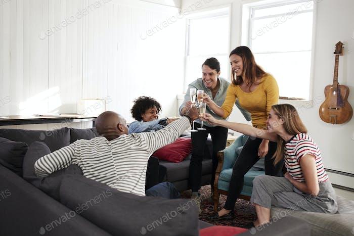 Fünf junge Freunde zu Hause machen einen Toast, jubelt, Nahaufnahme