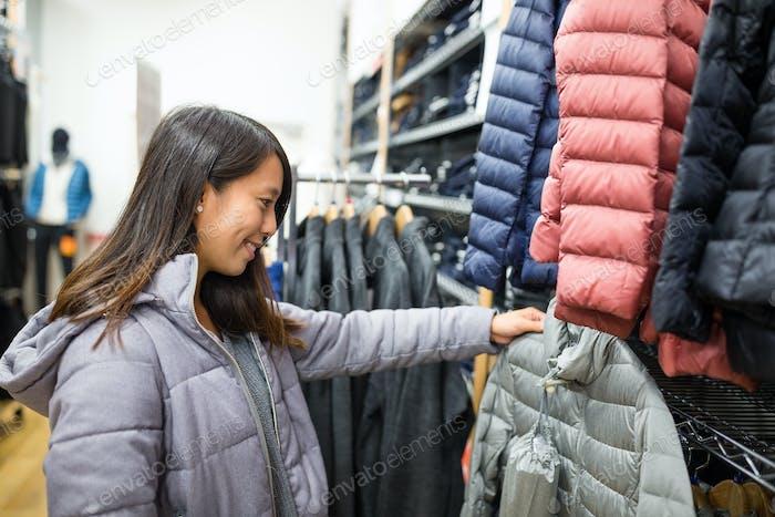 Frau Wahl Kleidung in Mall