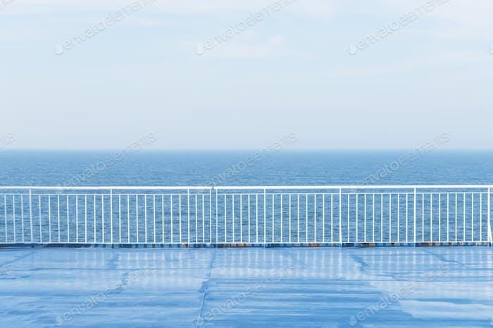 Blauer Ozean mit klarem Himmel vom Kreuzfahrtschiff