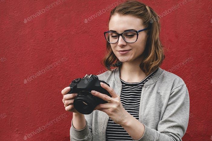 Junge weibliche Fotografin überprüfen ihr Bild