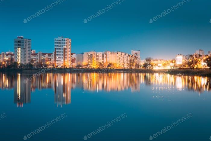 Nachtansicht Von Urban Wohngebiet mit Blick auf City Lake Or R