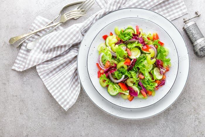 Salat aus frischen Gurken, Sellerie, Paprika, Frize Salat