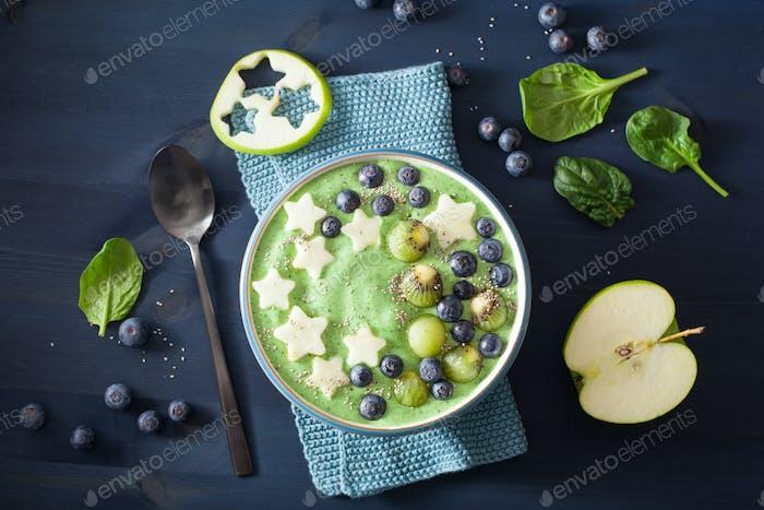 gesunde grüne Spinat-Smoothie-Schüssel mit Heidelbeere, Bananenstern