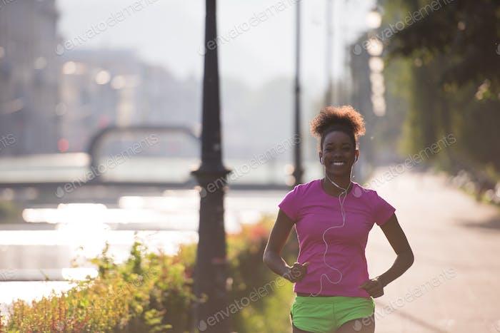 афро-американская женщина бег трусцой в городе
