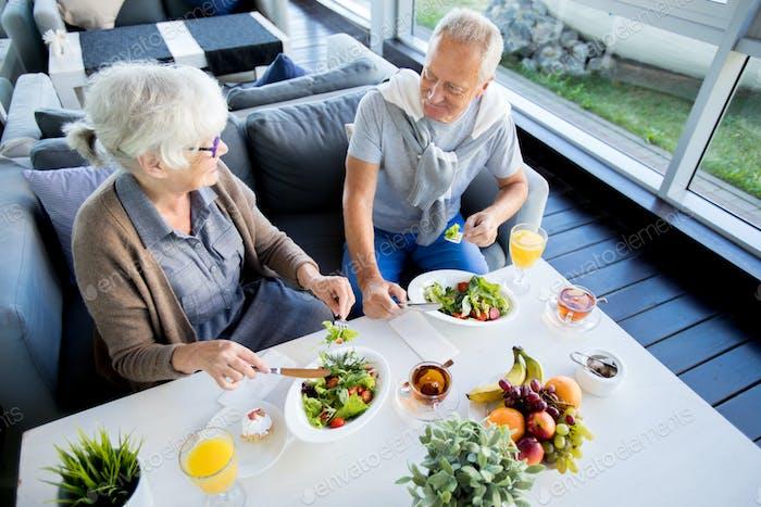 Seniorenpaar genießen Mittagessen