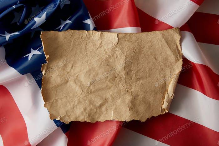 vista elevada del papel arrugado en blanco vintage sobre la bandera americana