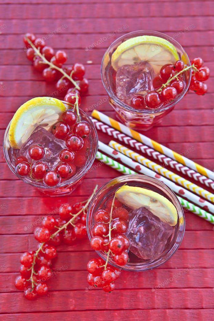 Hausgemachte Limonade mit roten Johannisbeeren