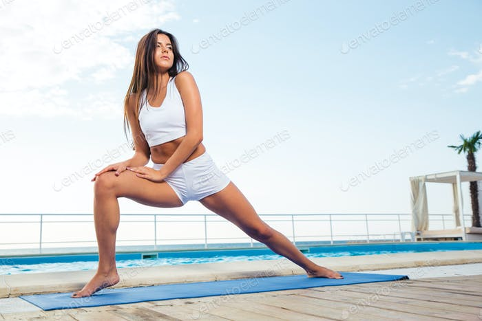 Mädchen tun Stretching Übungen im freien