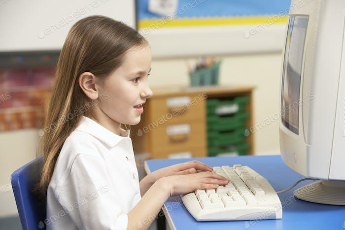 Schulmädchen in IT Klasse mit Computer