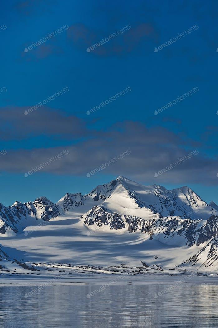 Schneebedeckte Berge, Oscar II Land, Arktis, Spitzbergen, Norwegen