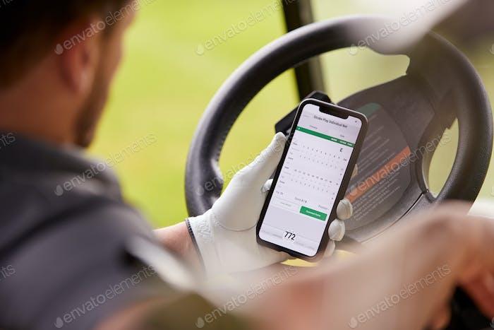 Nahaufnahme von männlichen Golfer in Buggy Überprüfung Punktzahl auf Handy App