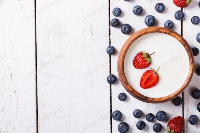 Hausgemachter Joghurt, Schüssel mit Beeren, Heidelbeeren und Erdbeeren