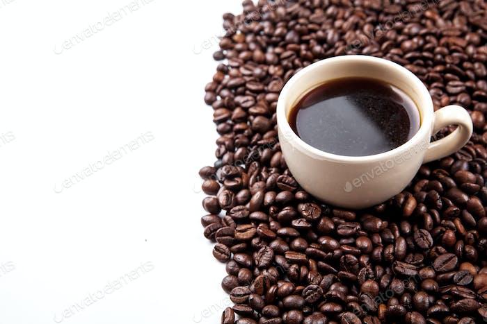 Kaffeebohnen in Kaffeetasse isoliert auf weiß