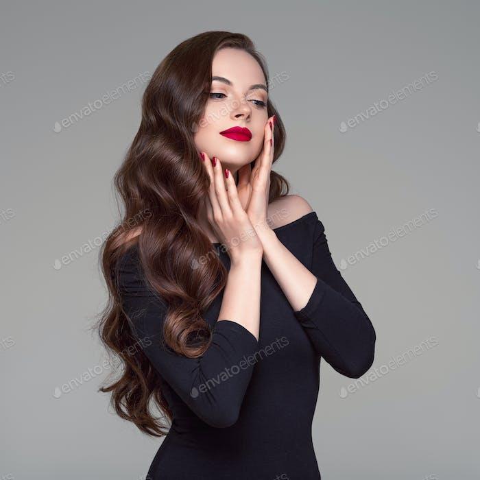 Schöne lange Haare Frau Brünette Frisur rote Lippen Hollywood-Wellen