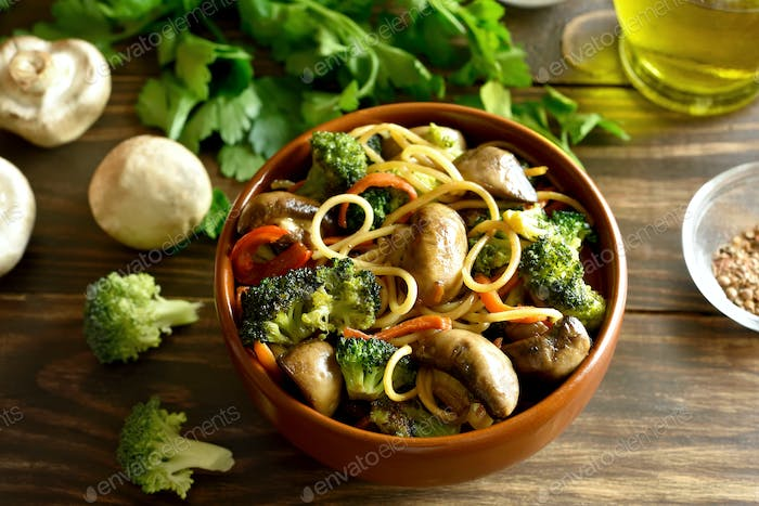 Egg noodles with vegetables in bowl